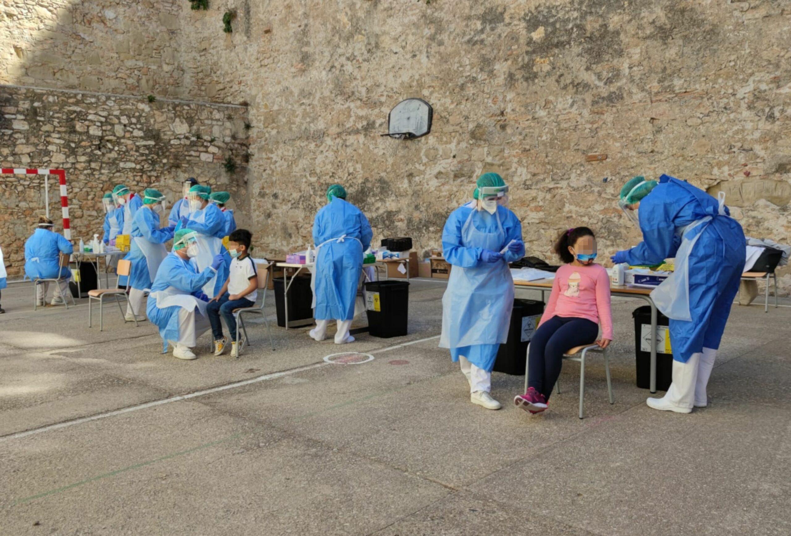 Pati de l'escola Remolins de Tortosa durant proves PCR a alumnes en el marc del cribratge per detectar contagis de covid-19