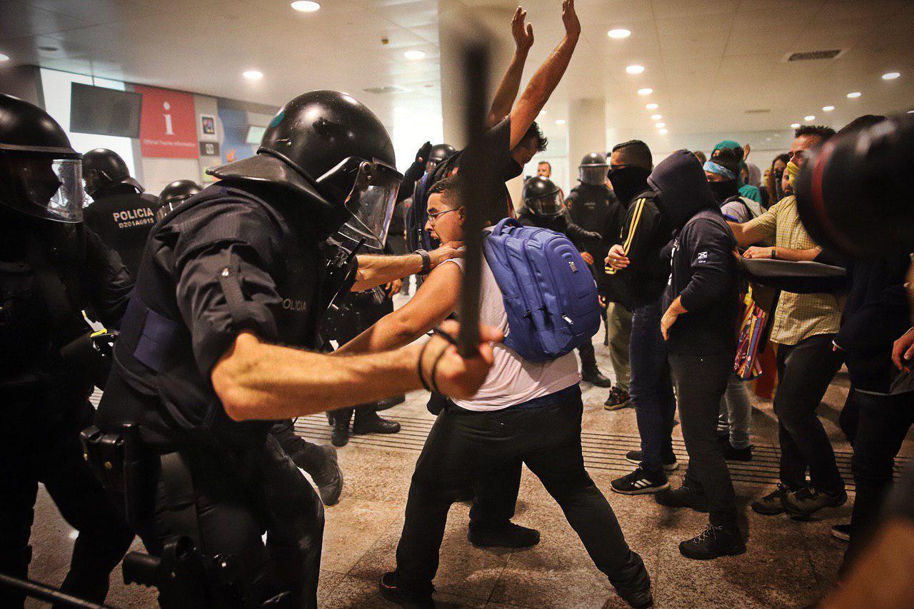Els Mossos d'Esquadra han comen?at a carregar per les protestes al Prat per la sent?ncia de l'1-O / Jordi Borras
