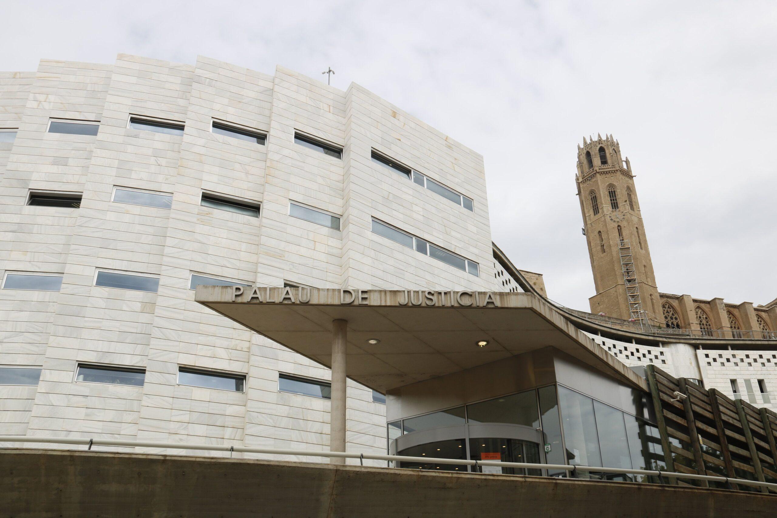 Els jutjats de Lleida, des de l'entrada a l'Audiència, amb la Seu Vella darrere (ACN)