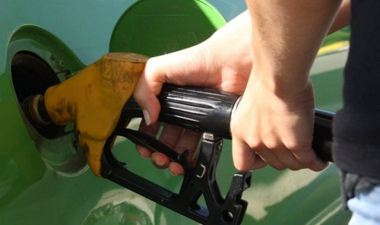 Un conductor posant gasolina al seu vehicle