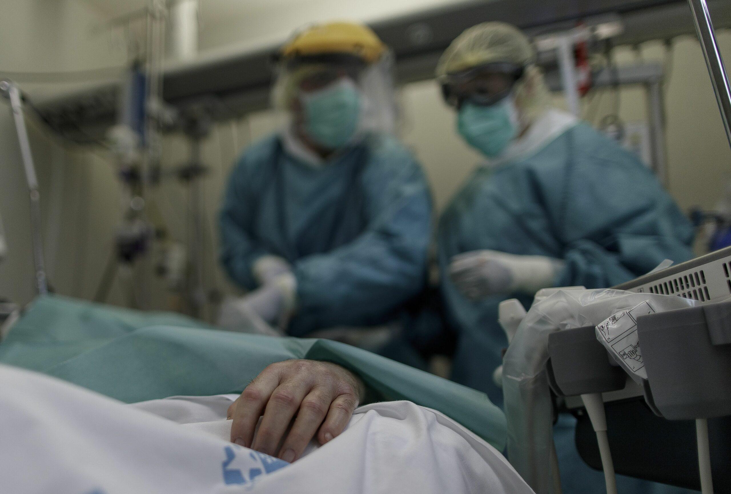 Personal sanitari en un hospital observa un pacient ingressat (EP)