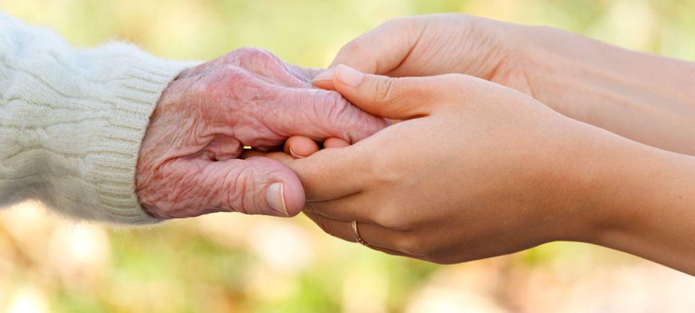 Imatge d'arxiu de les mans d'una persona gran agafades per unes mans més joves