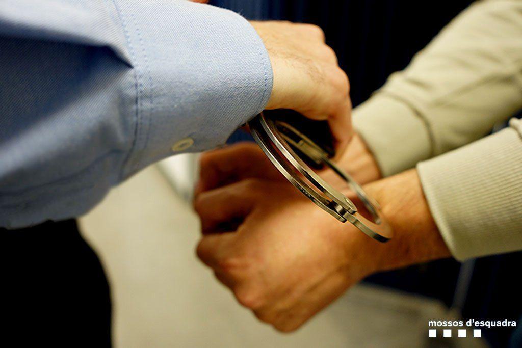Els Mossos posant les manilles a un detingut