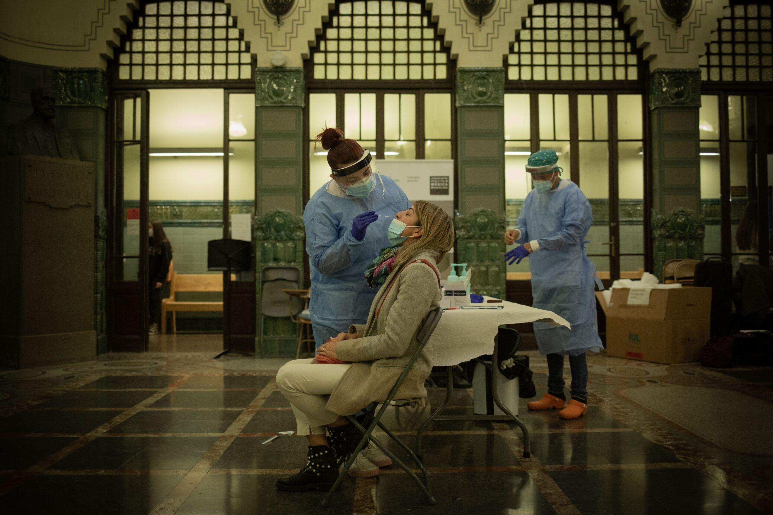 Personal sanitari fa un test ràpid antigen a Bacelona / Europa Press