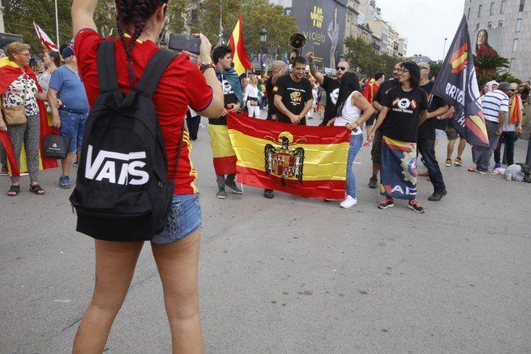 Uns manifestants es retraten amb la bandera franquista