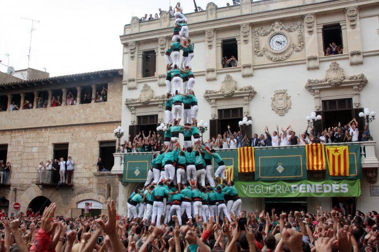Primer 4 de 10 amb folre i manilles carregat pels Castellers de Vilafranca