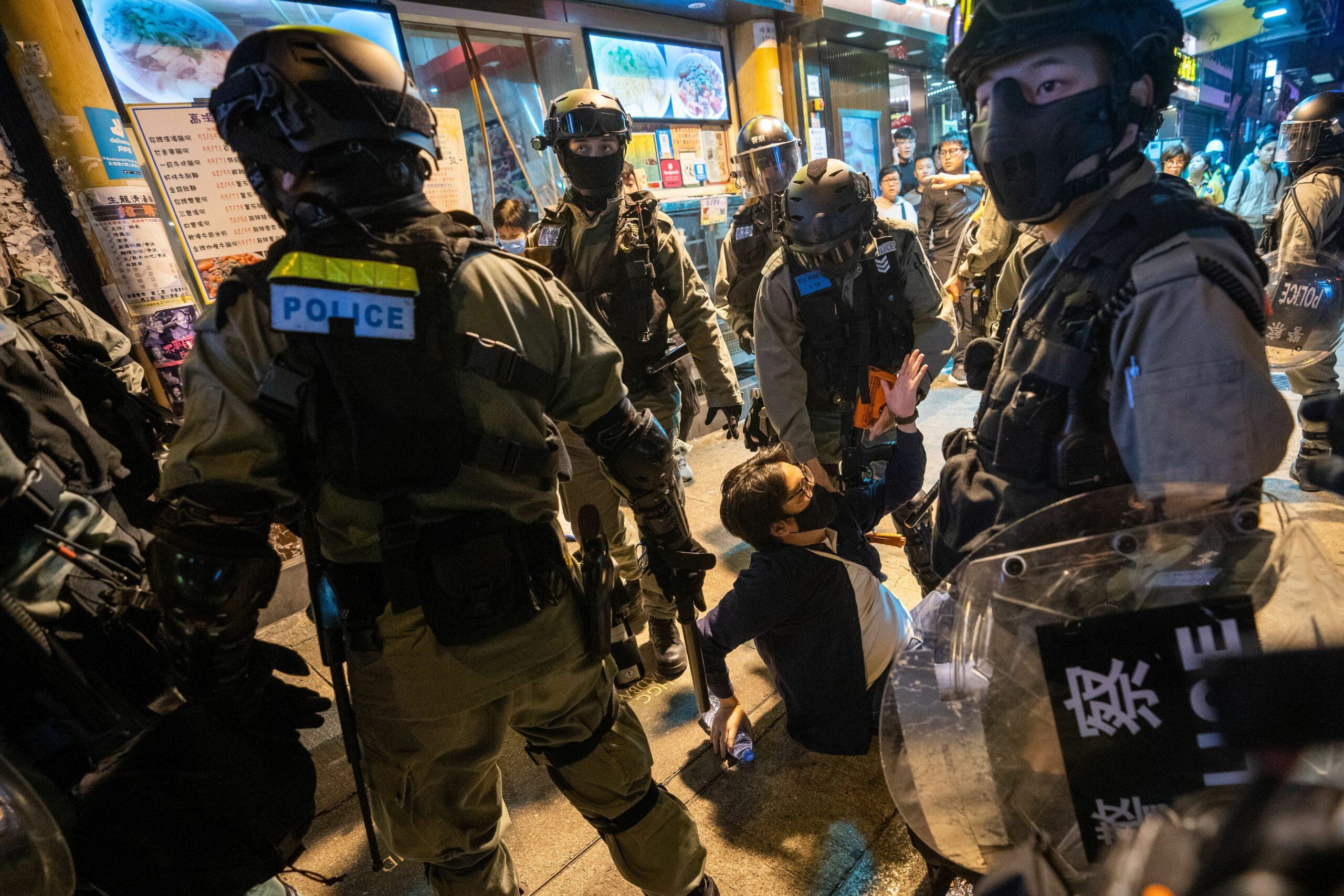 Un manifestant envoltat de policies durant les protestes de Hong Kong del 2019 (Europa Press)