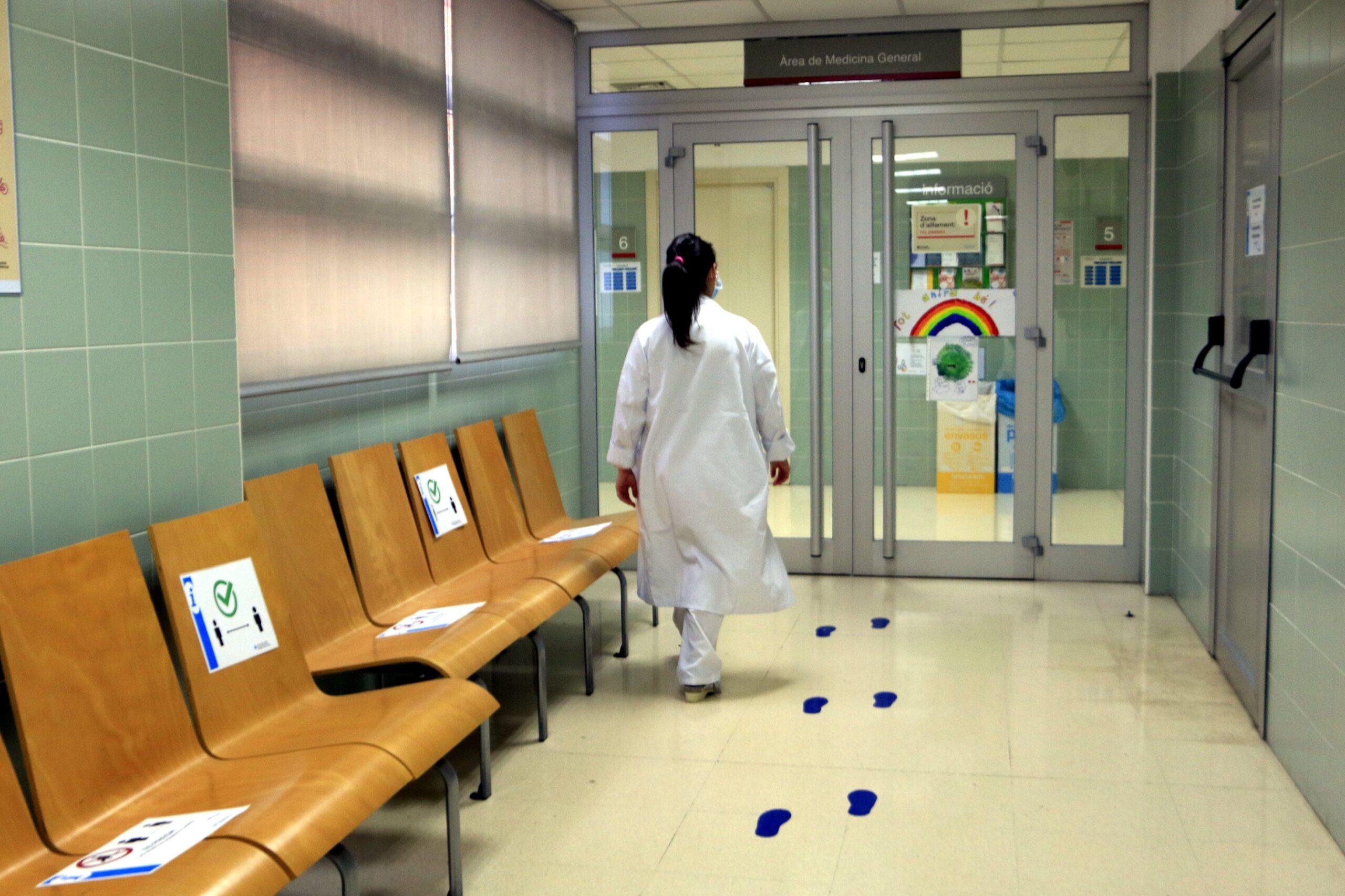 Una infermera del CAP Verdaguer camina cap a l'àrea reservada a l'atenció pediàtrica (ACN)