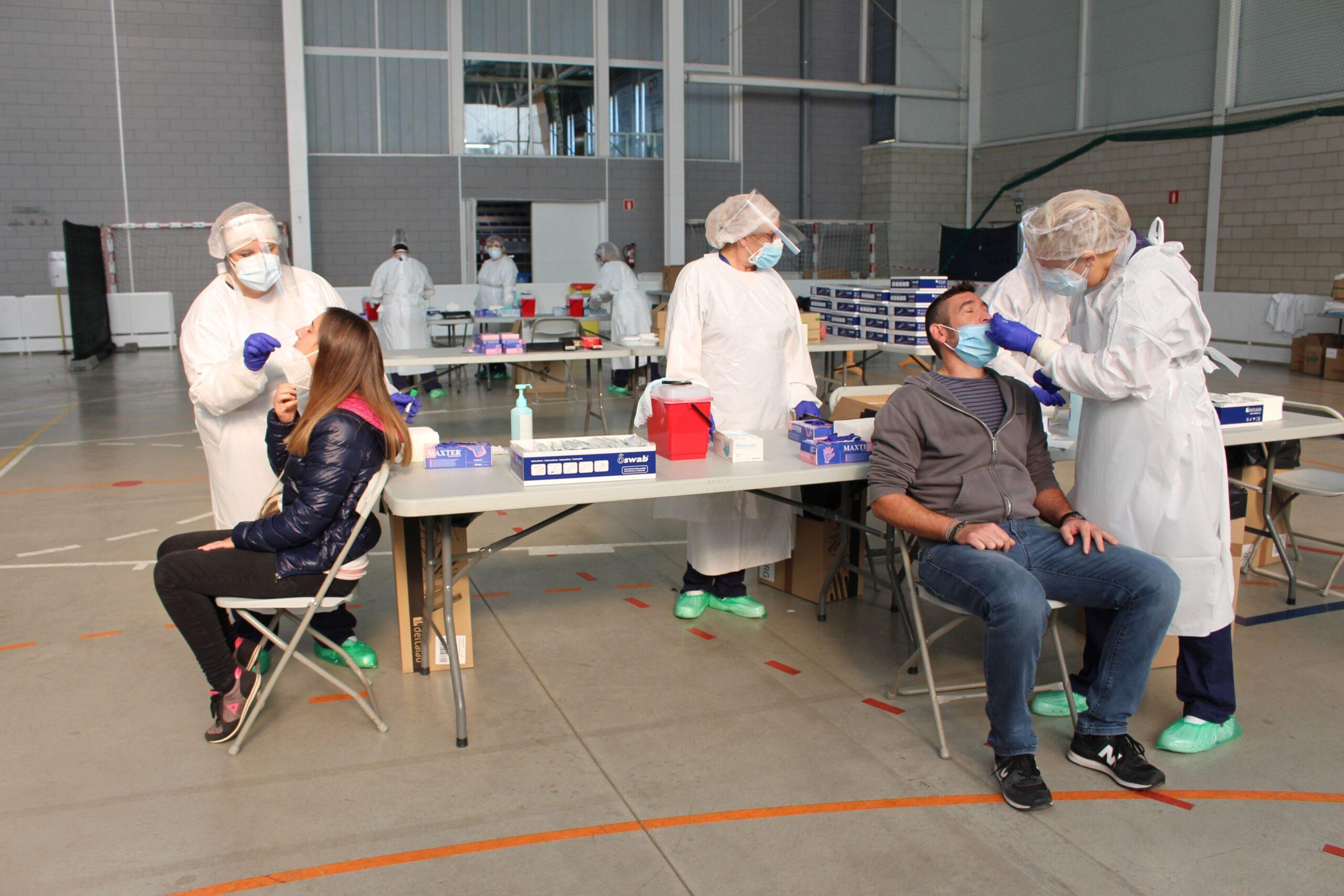 Dues persones fent-se la PCR aquest divendres 30 d'octubre de 2020 al pavelló de Palafrugell / ACN
