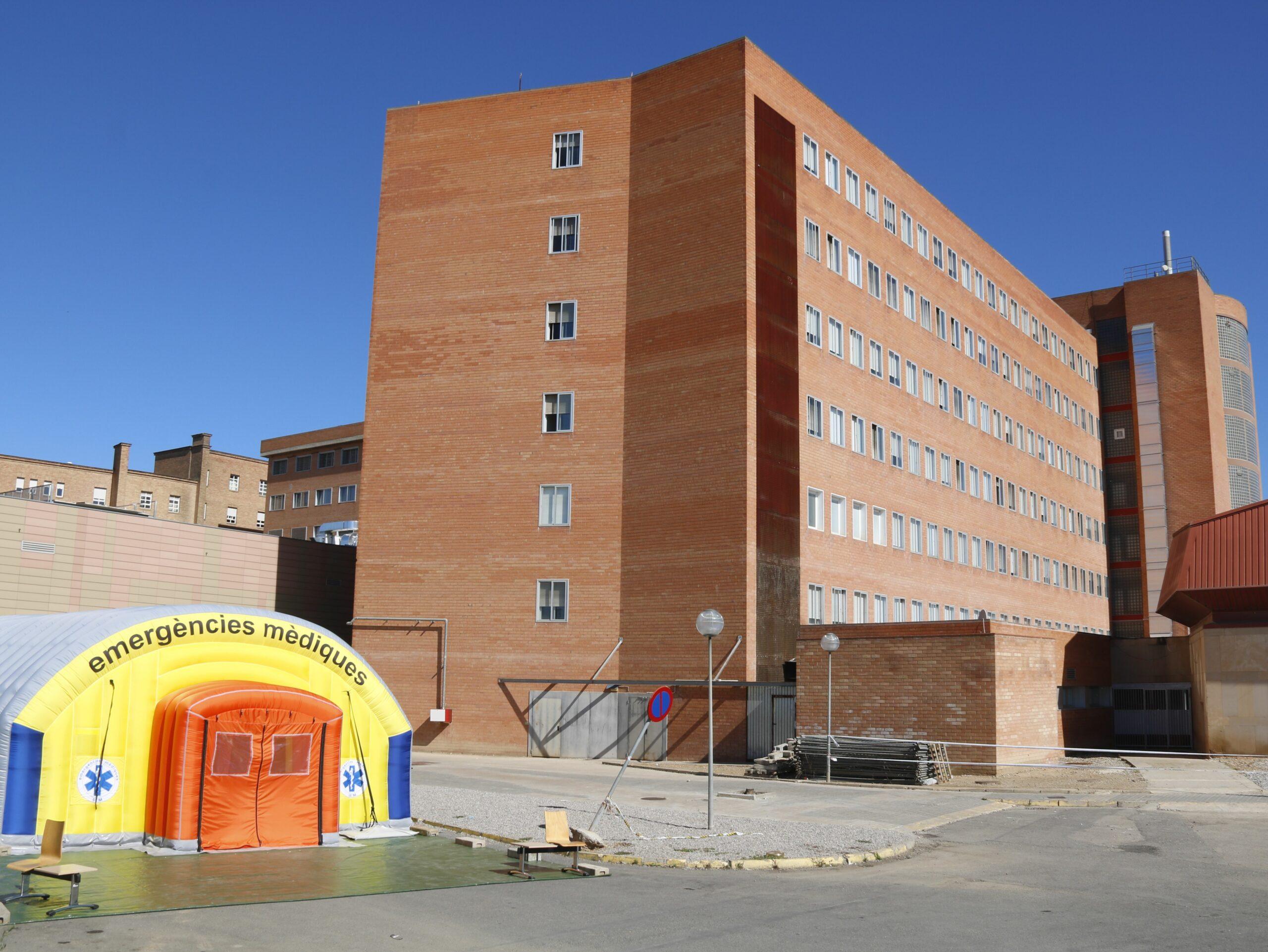 Pla obert de l'hospital de campanya que s'ha instal?lat per atendre casos de covid-19 i de l'hospital Arnau de Vilanova de Lleida