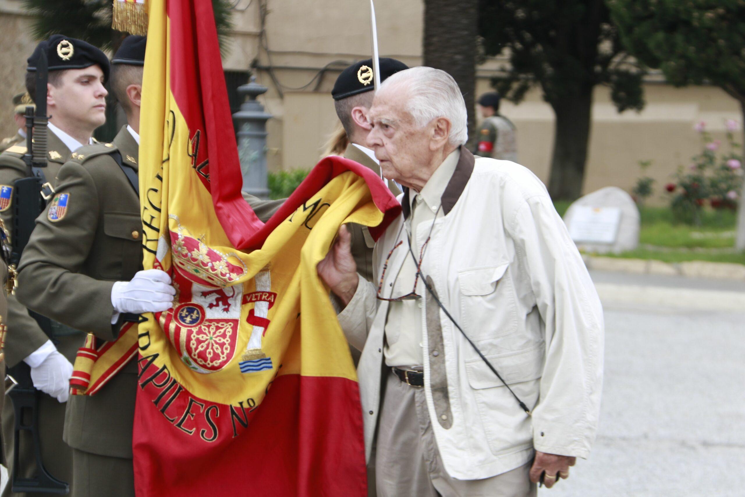Un home de 87 anys jura la bandera espanyola a Barcelona (ACN)