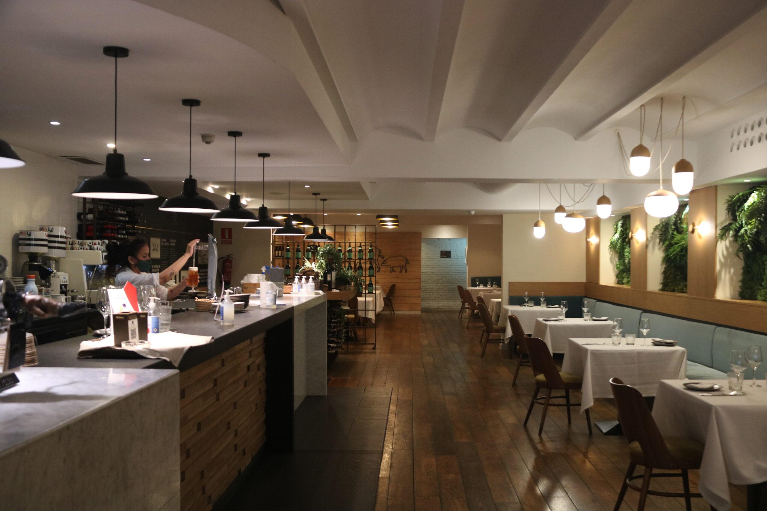 Pla obert de l'interior del restaurant Cinco Jotas de la Rambla de Catalunya de Barcelona, buit després que el Govern anunciés noves restriccions al sector de la restauració. Imatge del 18 de desembre de 2020. (Horitzontal)