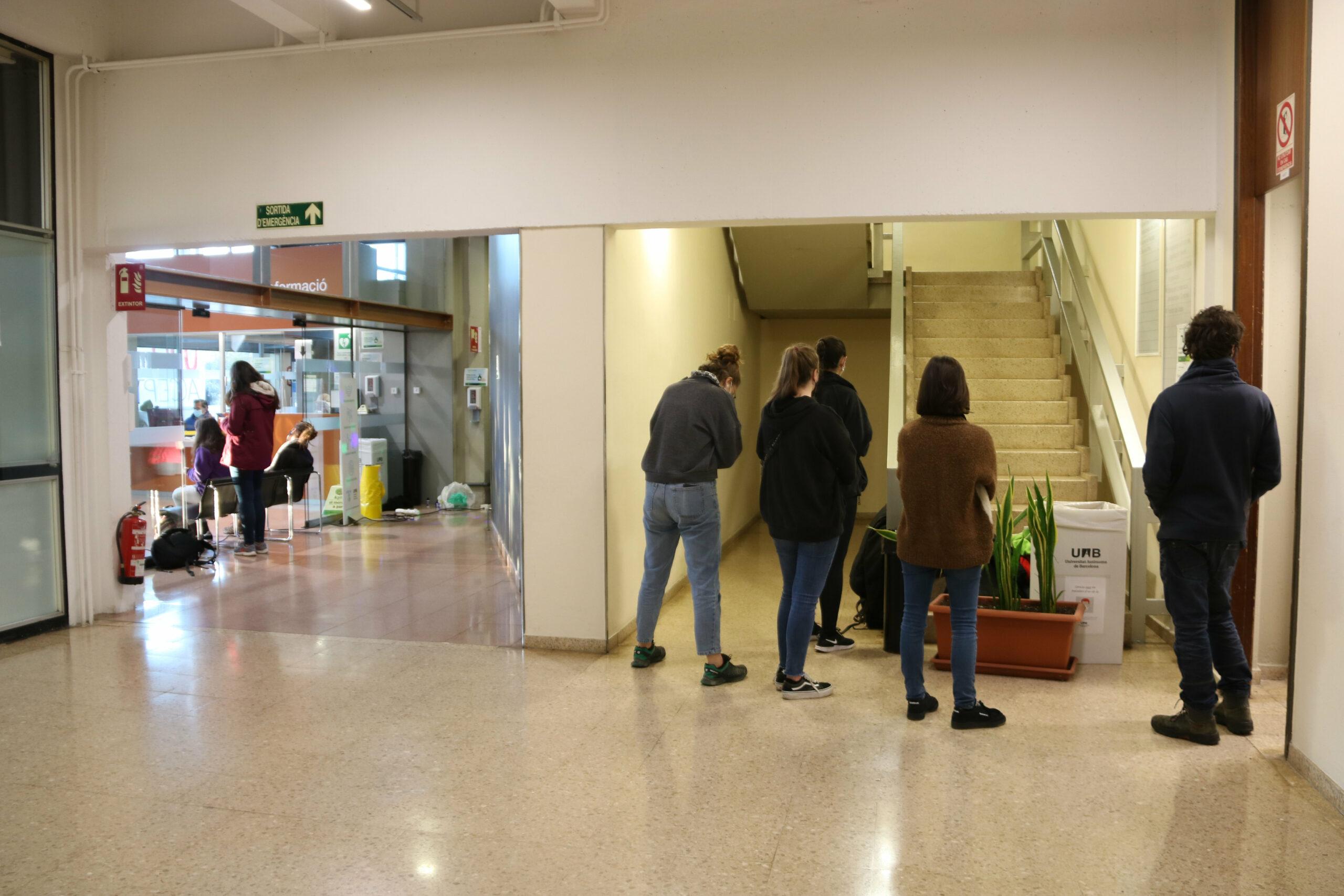 Un grup de membres del Sindicat d'Estudiants dels Països Catalans barren els accessos a l'interior de l'edifici del Rectorat de la UAB | ACN