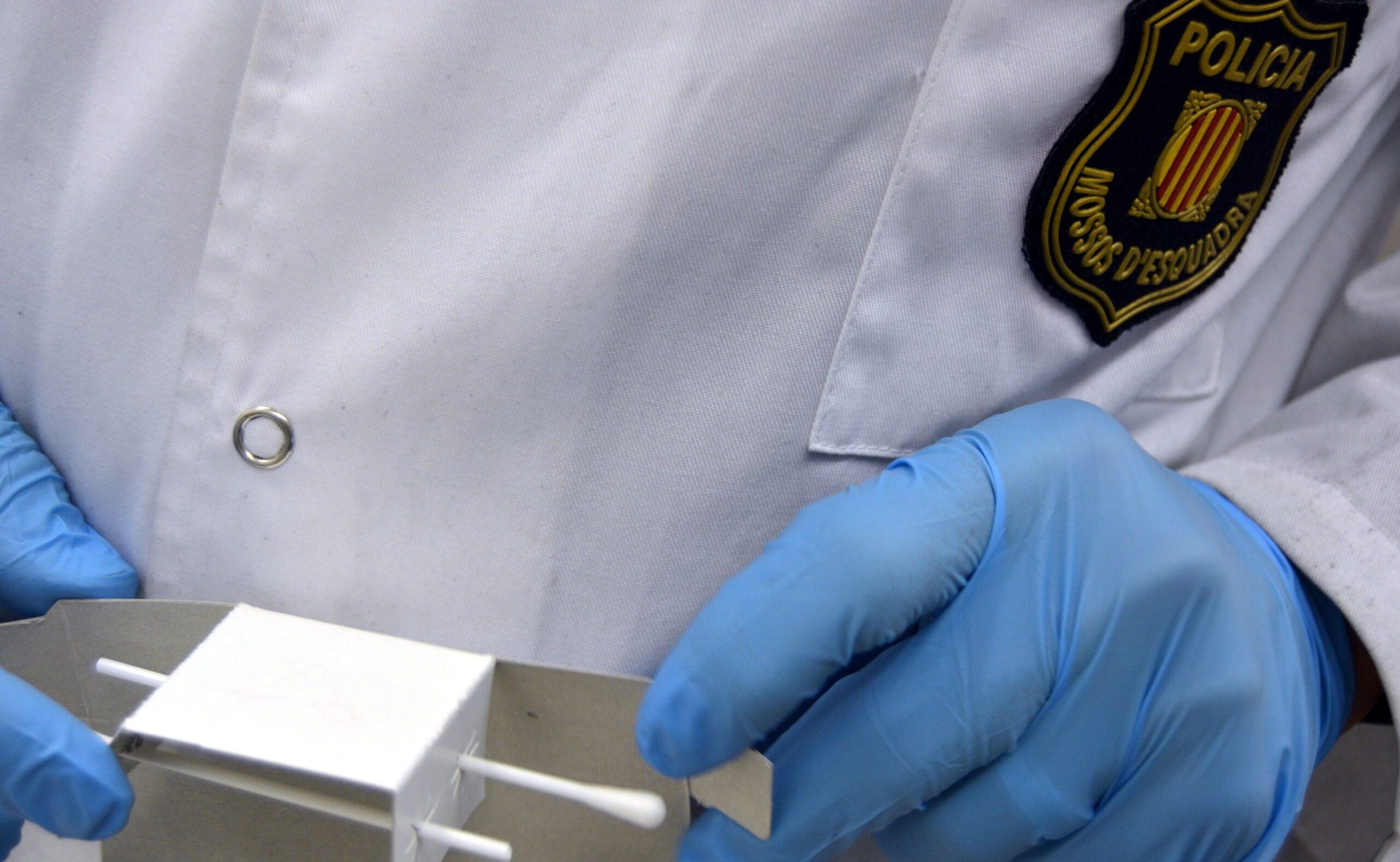Un Mosso realitza una prova d'ADN/Mossos