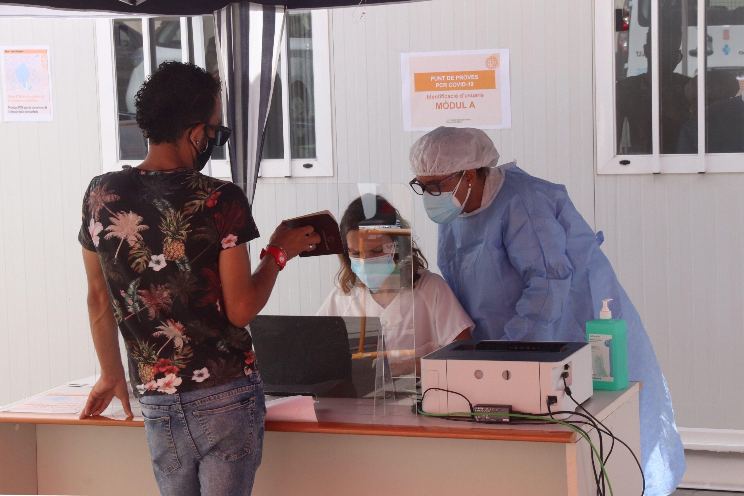 Una persona que espera a la porta d'un mòdul del CAP Sant Pere per fer-se la prova PCR, en la segona jornada de cribratges massius a Reus, a l'agost / ACN