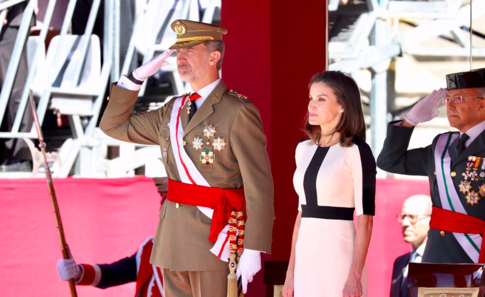 Letícia i Felip, amb els militars  Casa Reial