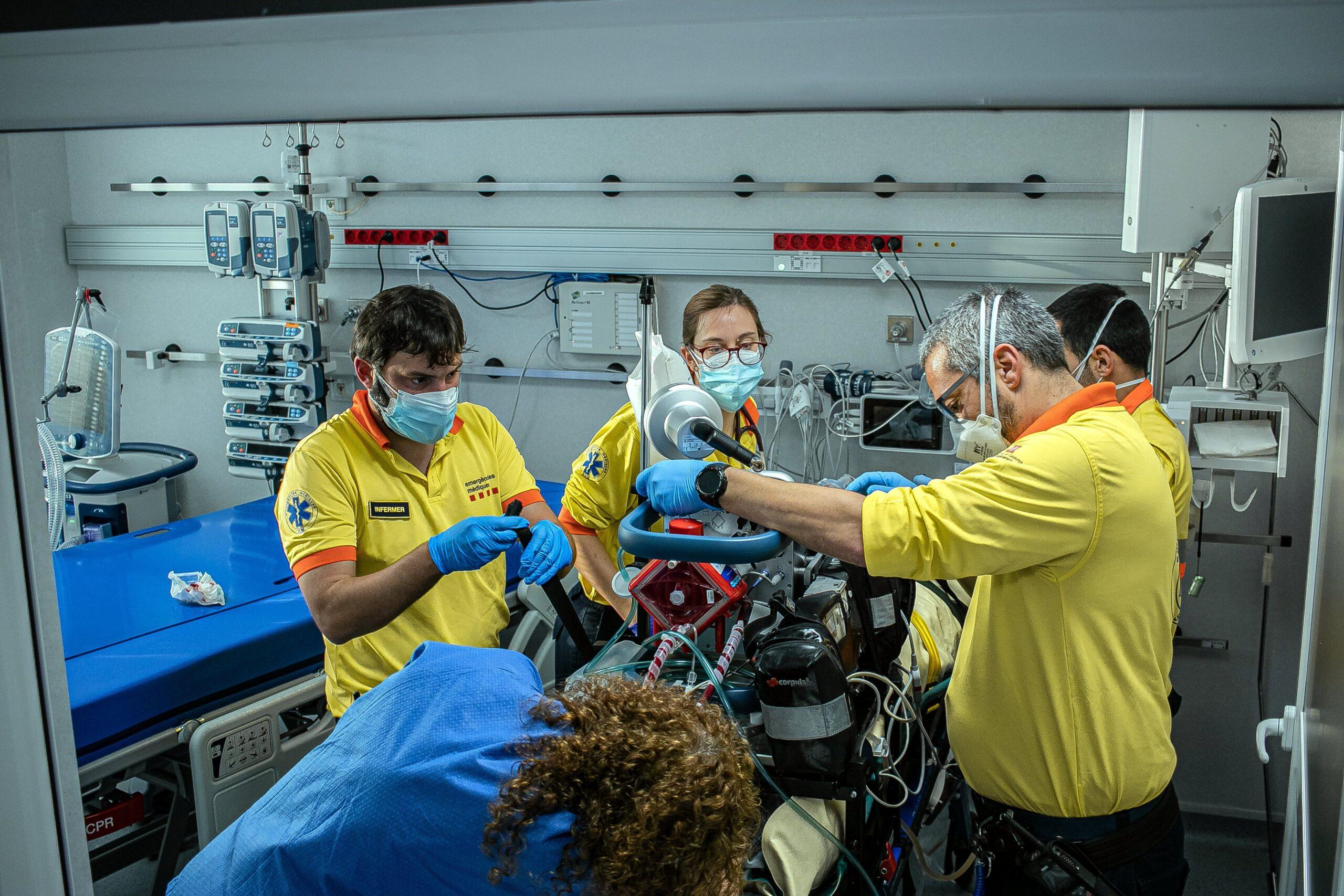 Professionals del SEM treballant amb un pacient crític complex gràcies a una UCI mòbil / ACN