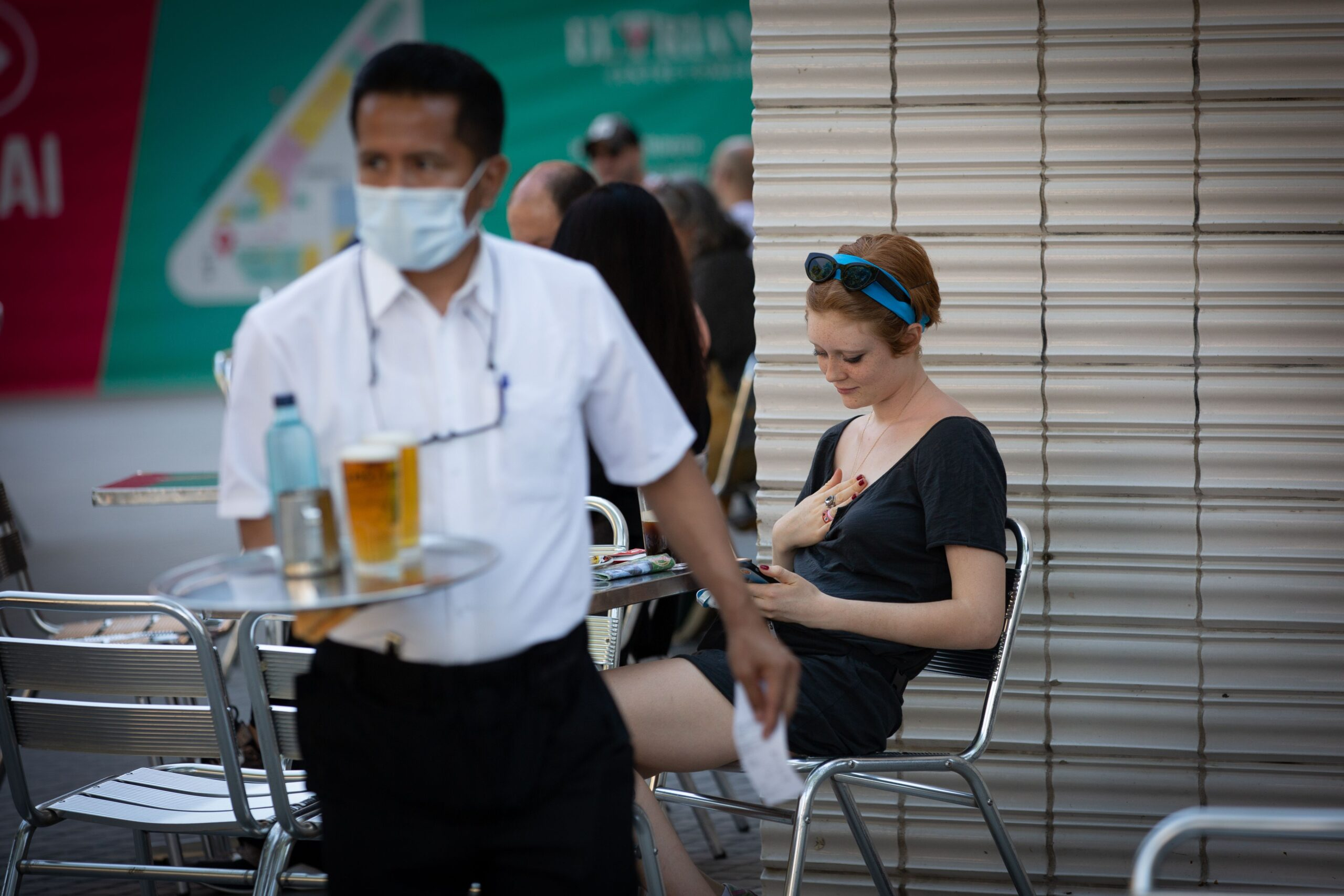 Una noia i un cambrer en una terrassa de Barcelona