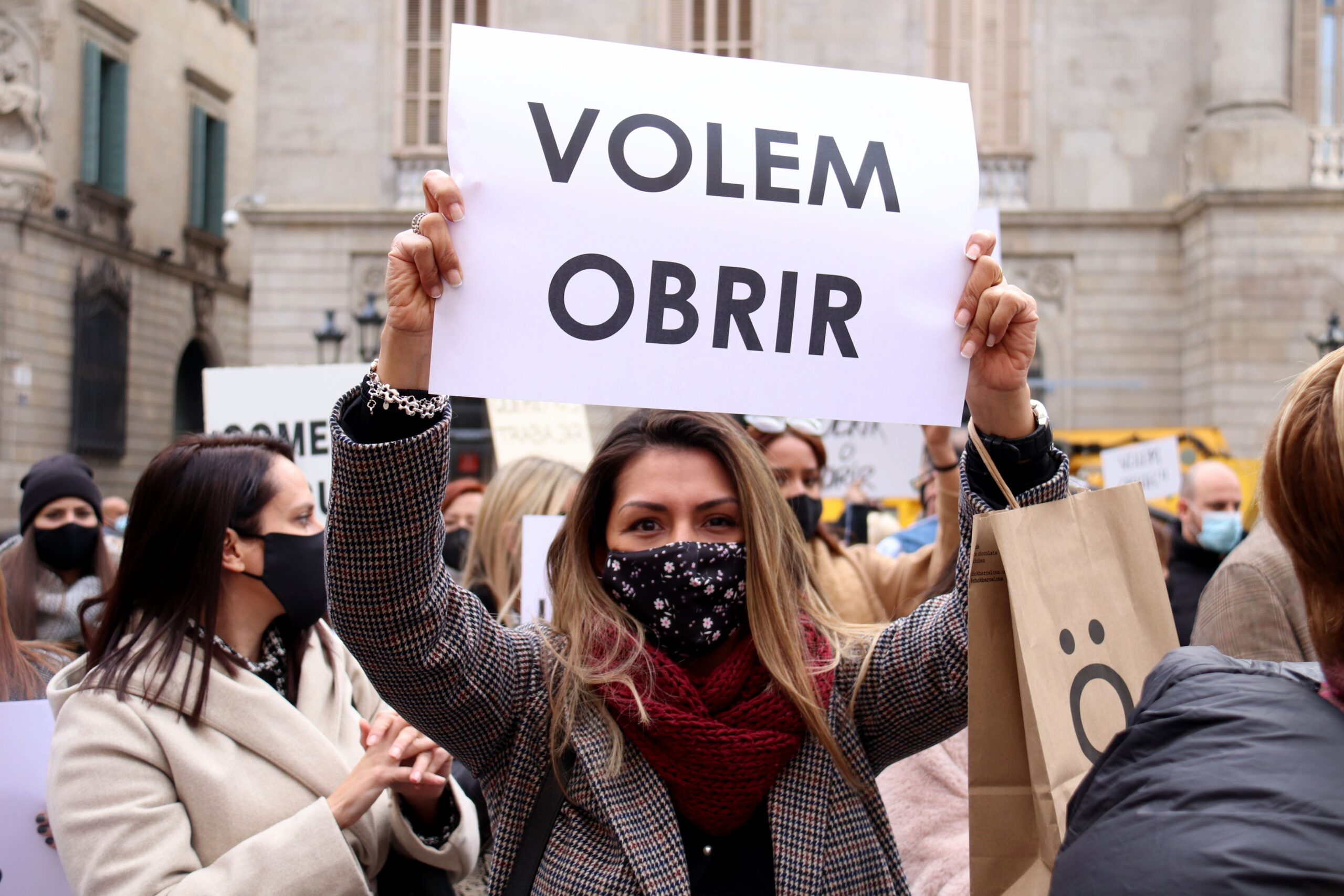 Una participant a la concentració de botiguers de centres comercials a Plaça Sant Jaume, el 9 de desembre del 2020 / ACN