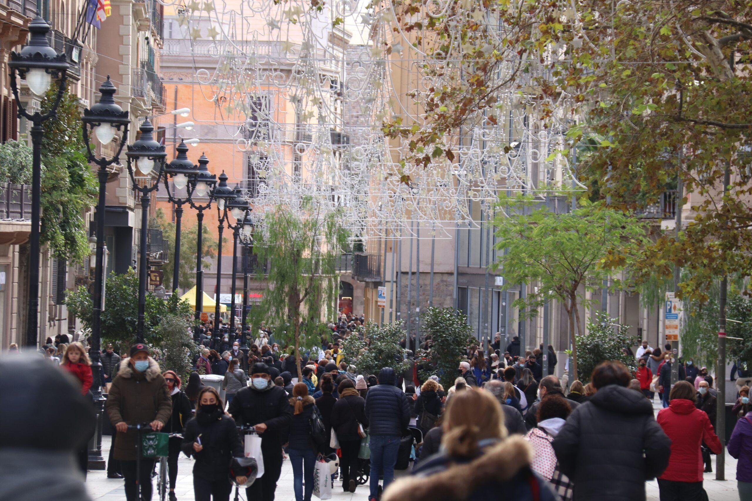 Persones al Portal de l'Àngel de Barcelona durant el pont / ACN