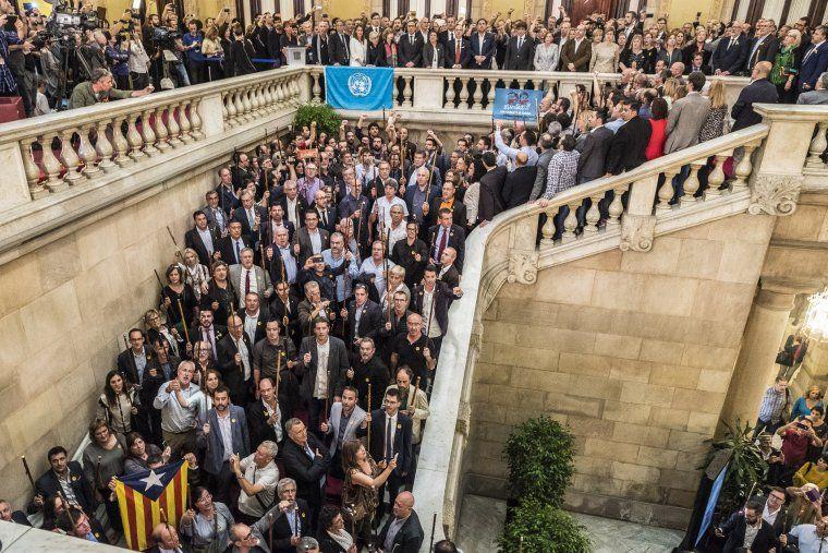 Alcaldes, diputats independentistes i el Govern celebren la proclamació de la República