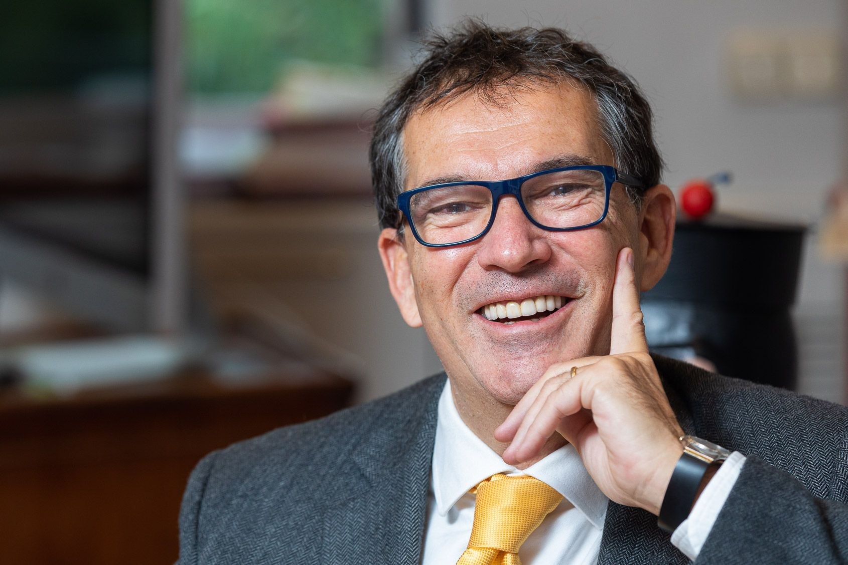 Jaume Alonso-Cuevillas riu en un moment de l'entrevista on defensa la confrontació