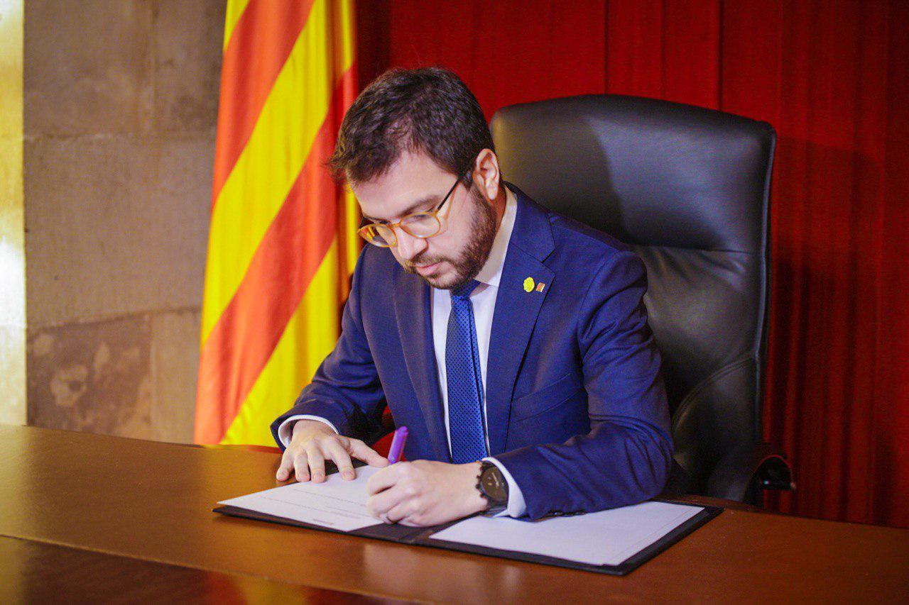 El vicepresident en funcions de president, Pere Aragonès, signa el decret de convocatòria d'eleccions al Parlament / ACN