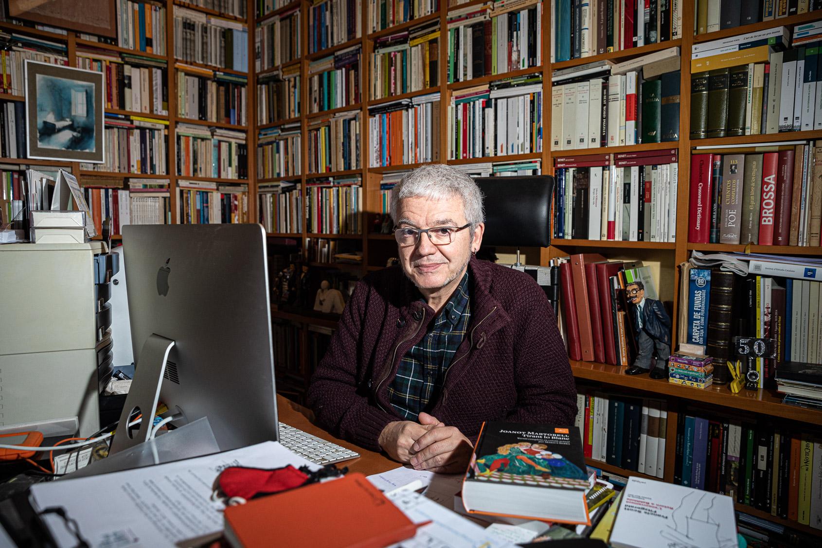 Màrius Serra a l'estudi de casa seva   Jordi Borràs