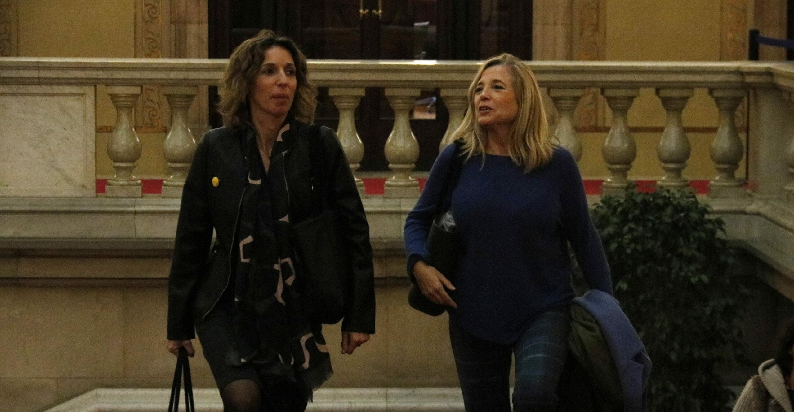 Pla general de la consellera d'Empresa i Coneixement, Àngels Chacón, arribant al Parlament amb l'exvicepresidenta de la Generalitat Joana Ortega el 17 de desembre de 2019 / ACN