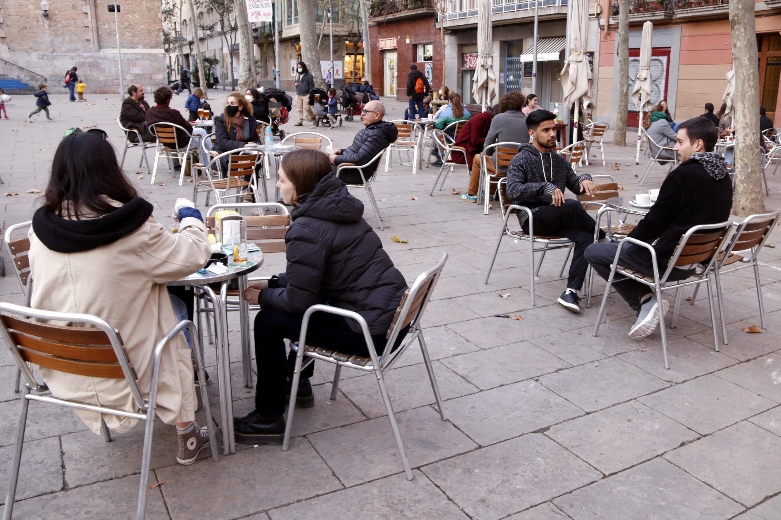 Una terrassa de bar plena a la plaça de la Virreina de Barcelona | ACN