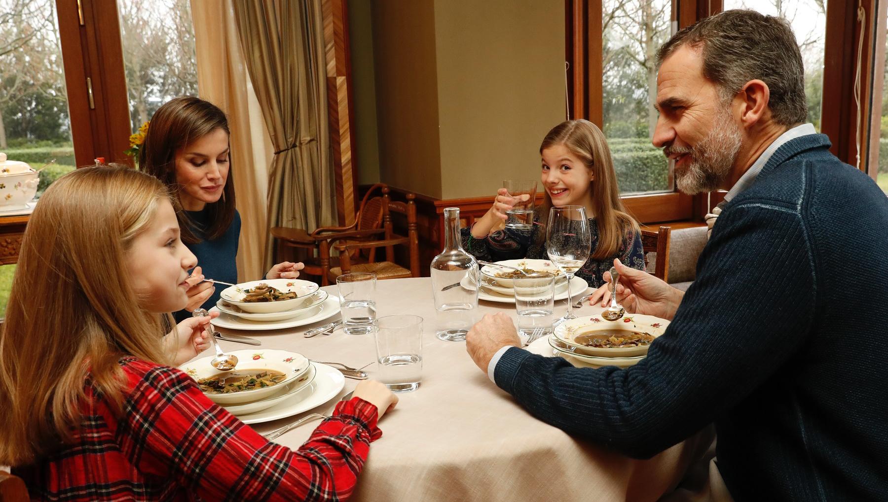 Felip i Letícia, amb les nenes durant el dinar a La Zarzuela / Casa Reial
