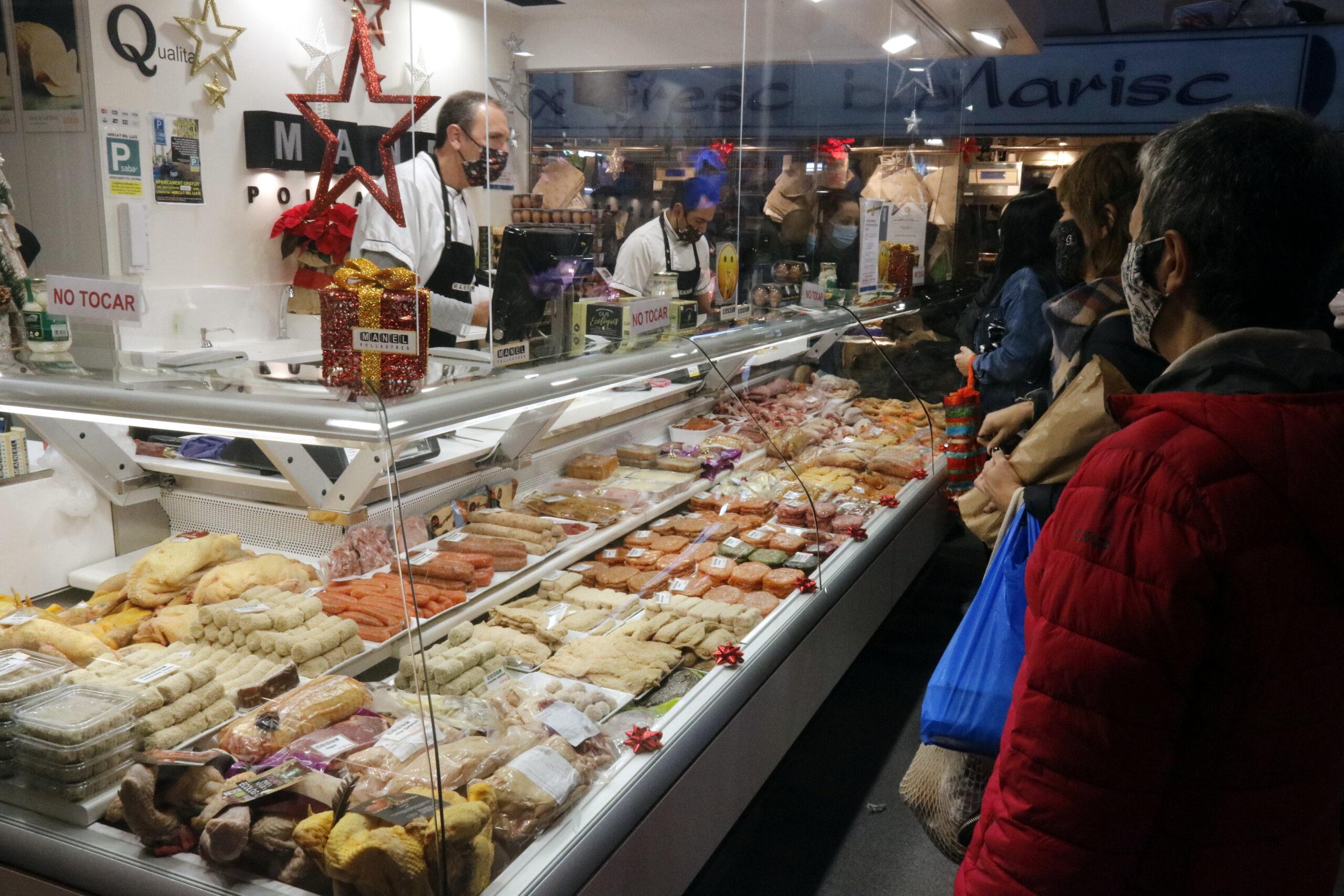 Una parada d'aviram en un mercat de Catalunya el matí de la nit de Nadal / ACN