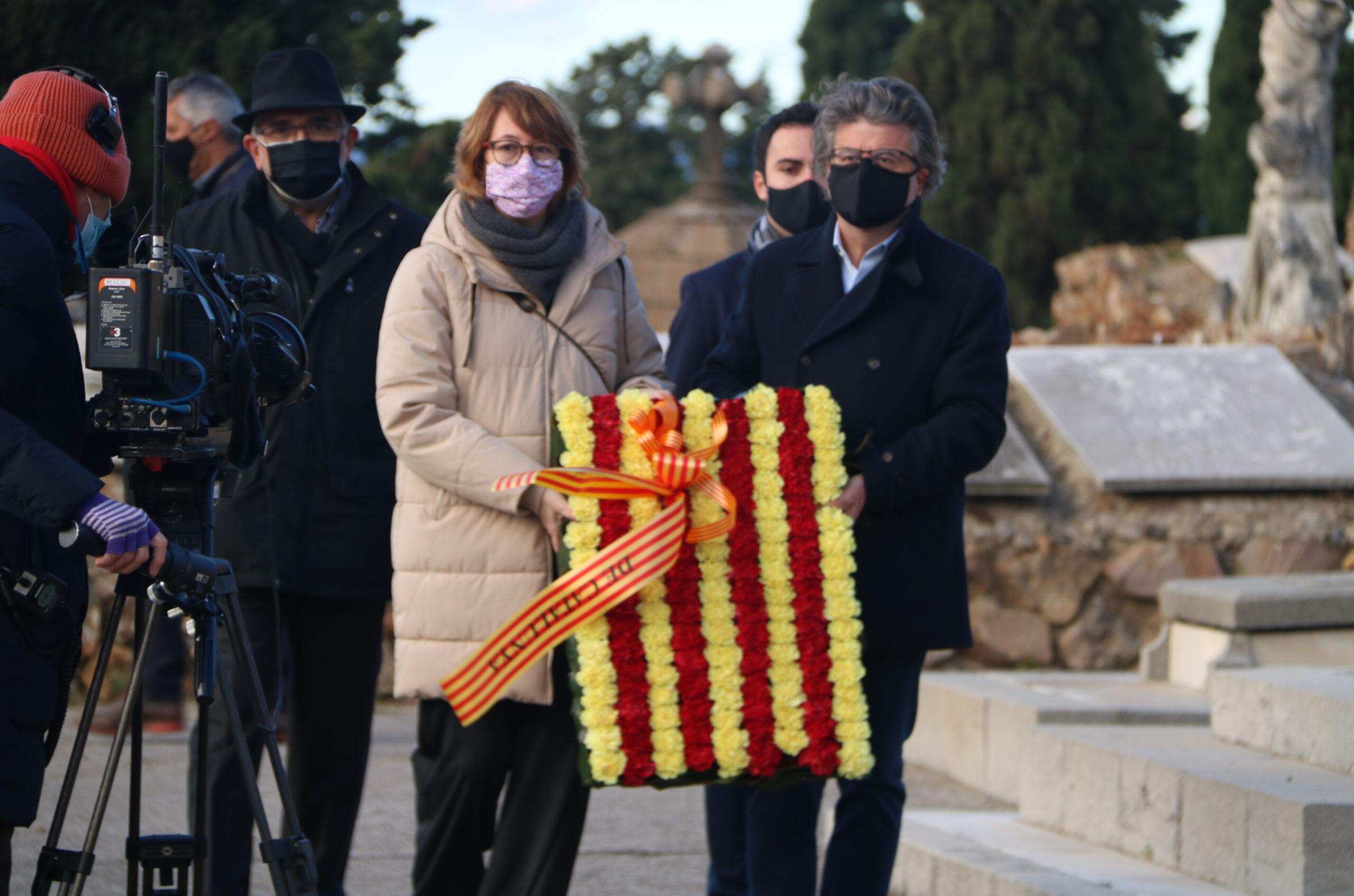 L'ofrena floral de Demòcrates de Catalunya a la tomba de l'expresident de la Generalitat Francesc Macià amb Titon Laïlla i Antoni Castellà / ACN
