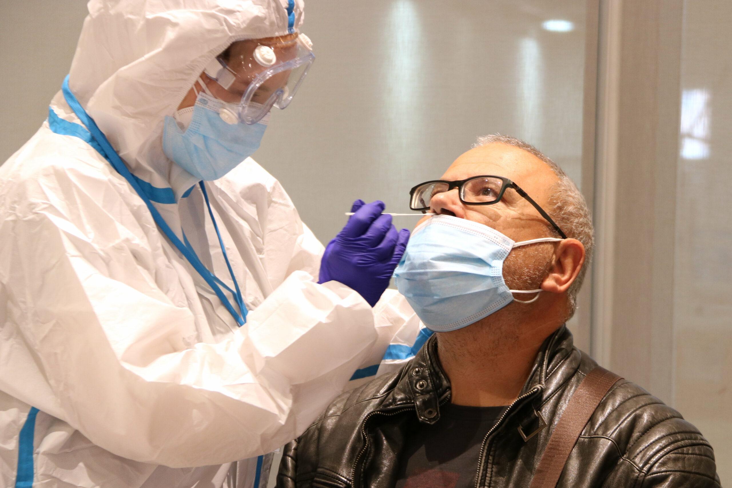 Un ciutadà se sotmet a una prova PCR al Centre Cívic Cal Balsach de Sabadell | ACN