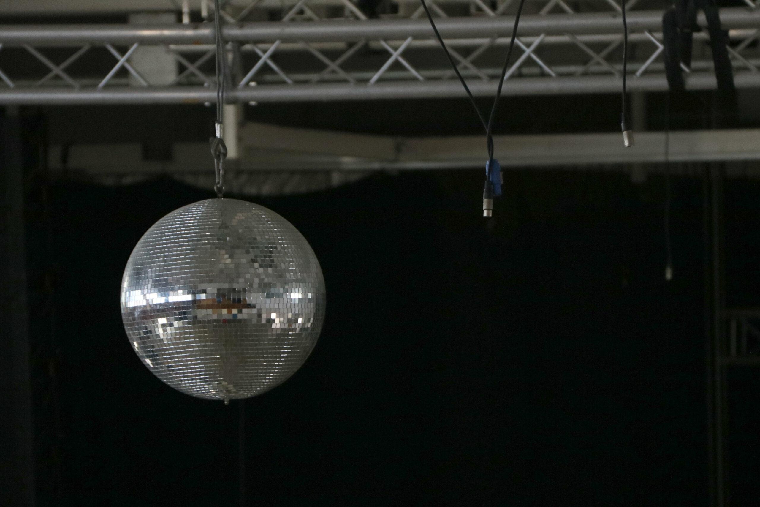 La bola de cristalls d'una discoteca, amb cables desconectats degut al tancament pel confinament. Imatge del 16 de juny del 2020