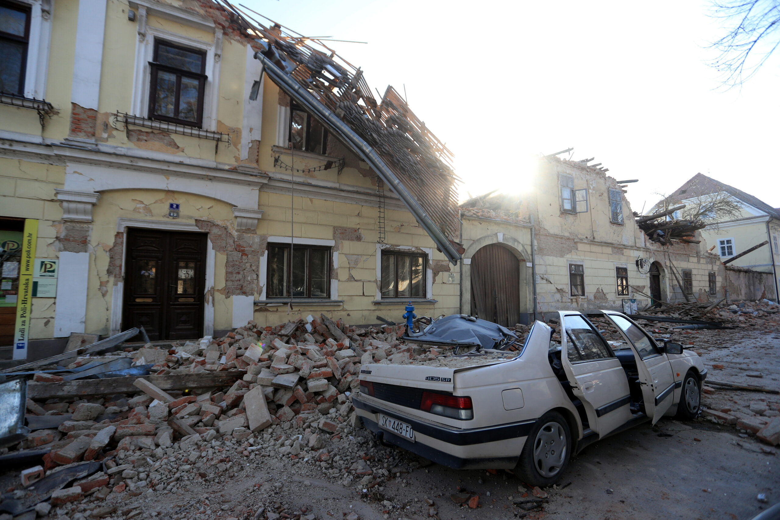 Una casa destruïda i un cotxe aixafat pel terratrèmol a Petrinja, Croàcia | ACN