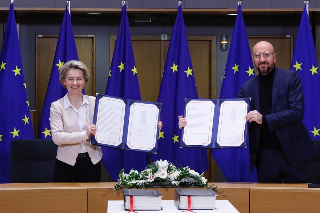 El president del Consell, Charles Michel, i la presidenta de la CE, Ursula von der Leyen, mostren l'acord del Brexit signat | ACN