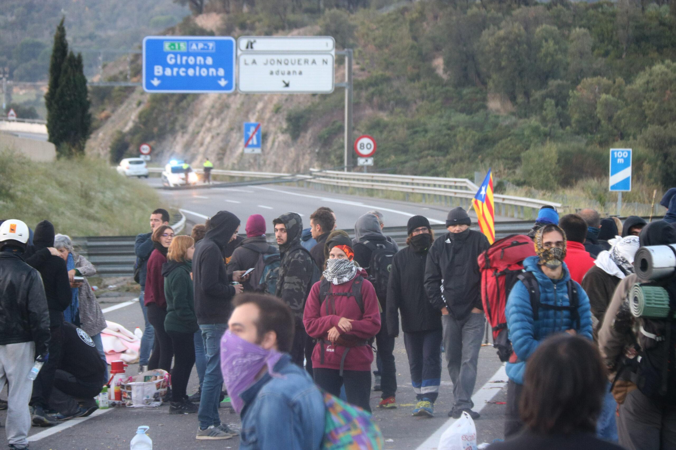 Manifestants ocupant l'autopista AP7 per la vaga general del 19 d'octubre de 2019 a la Jonquera / ACN