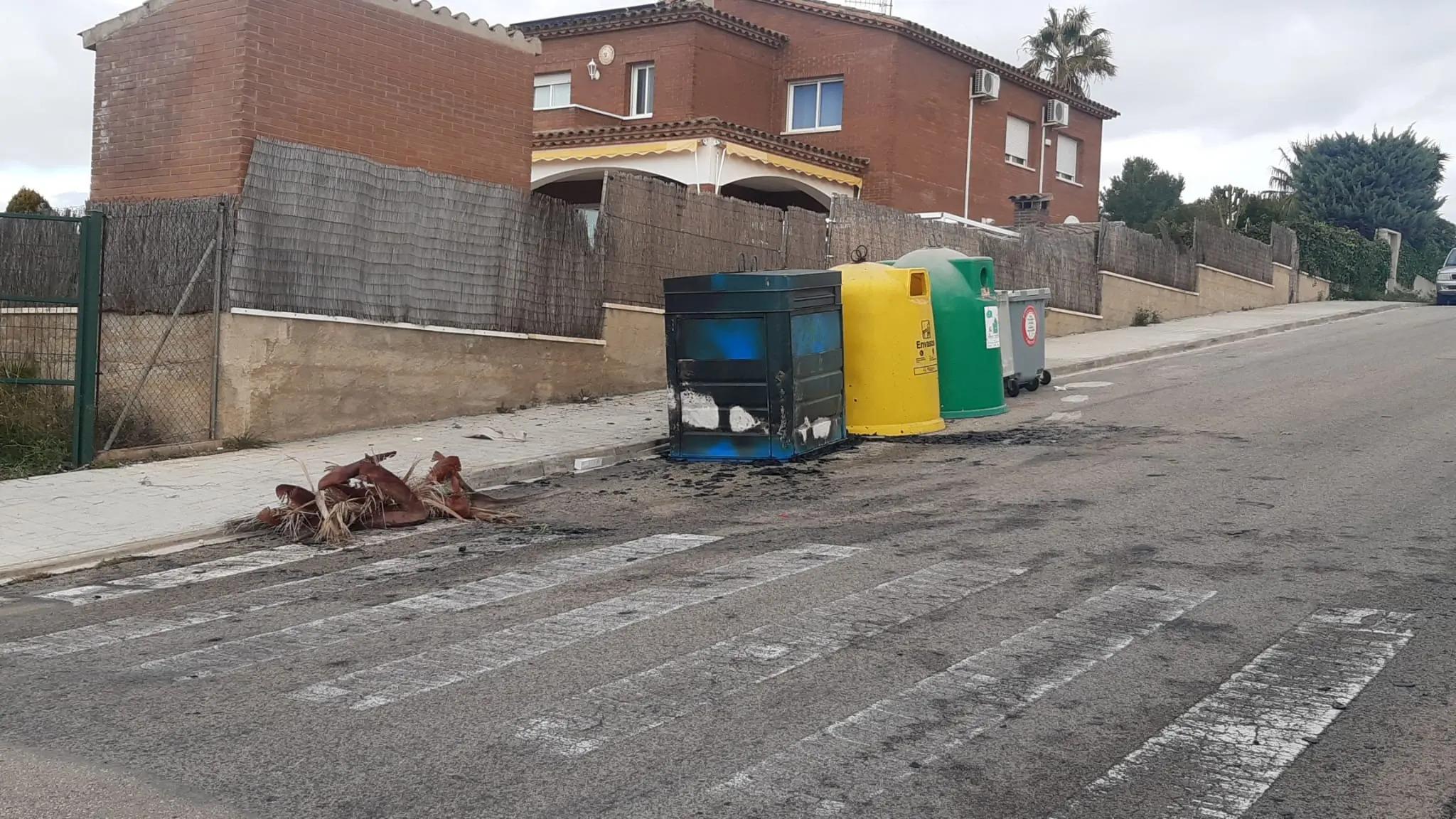Contenidors cremats a Cunit després d'una nit de festa   ACN
