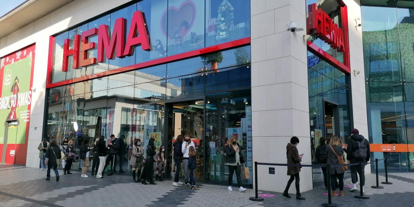 Molta gent ha de fer cua per accedir a les botigues del centre comercial Glòries / MMP