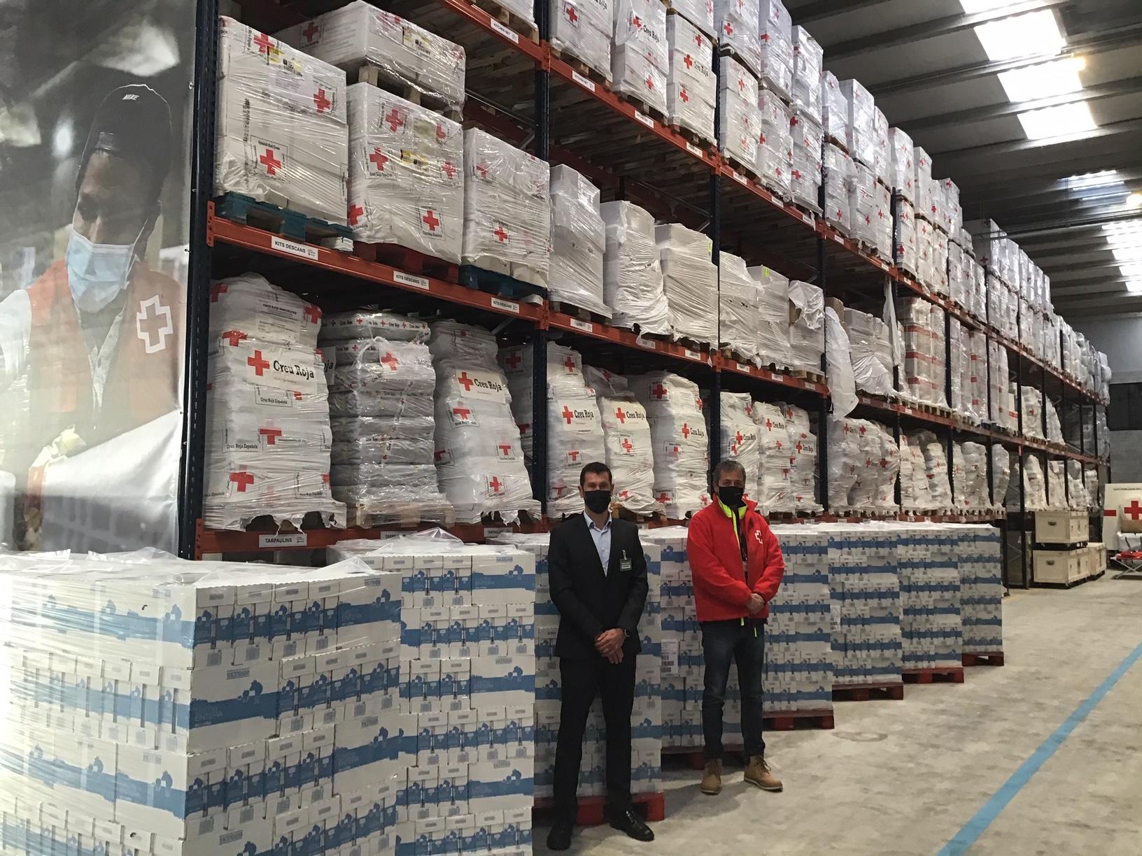 Responsables de la Creu Roja i de Mercadona en un moment de la donació feta avui / Cedida