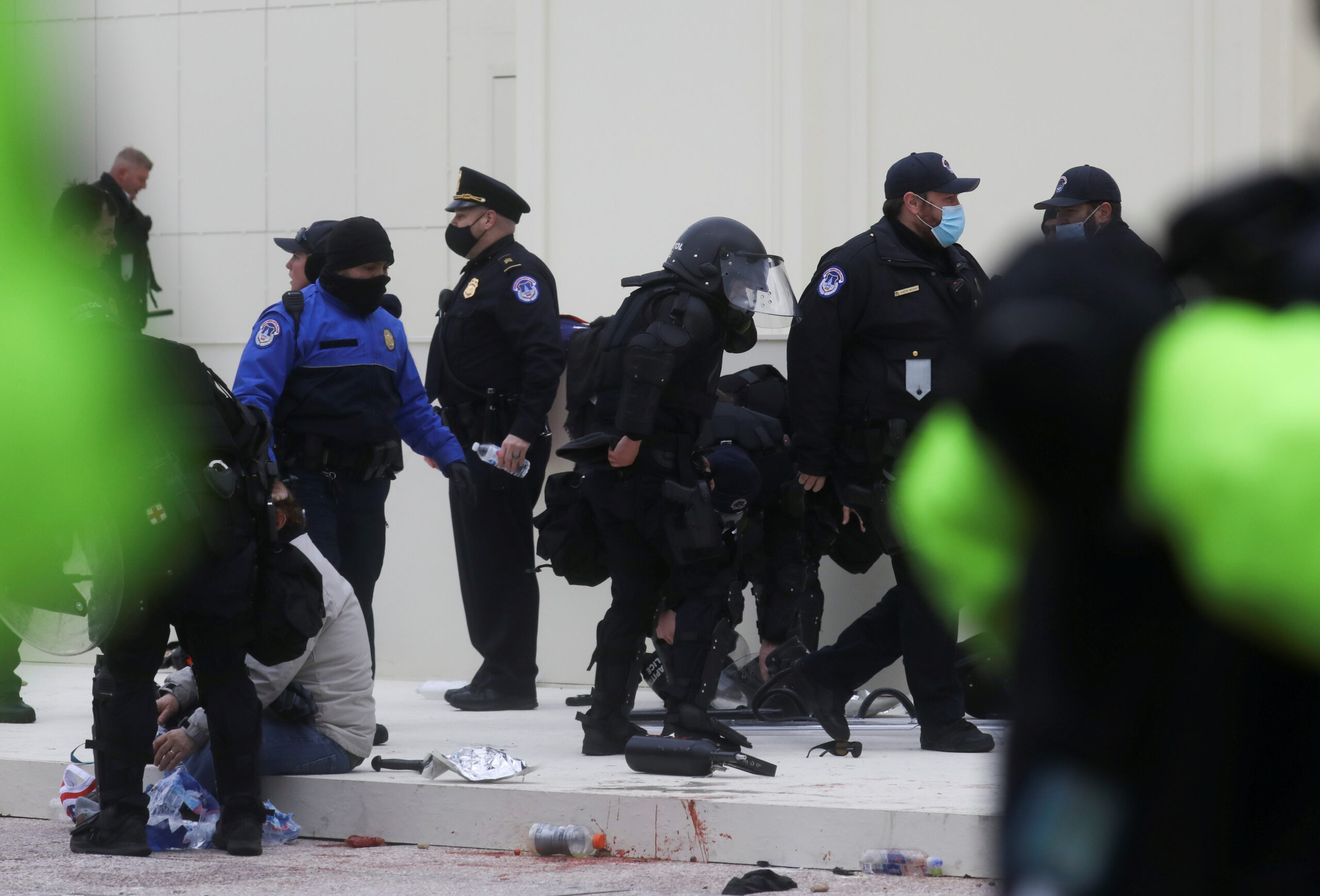 La policia identifica i reté alguns dels manifestants pro-Trump que han envoltat el Capitoli dels Estats Units | Reuters