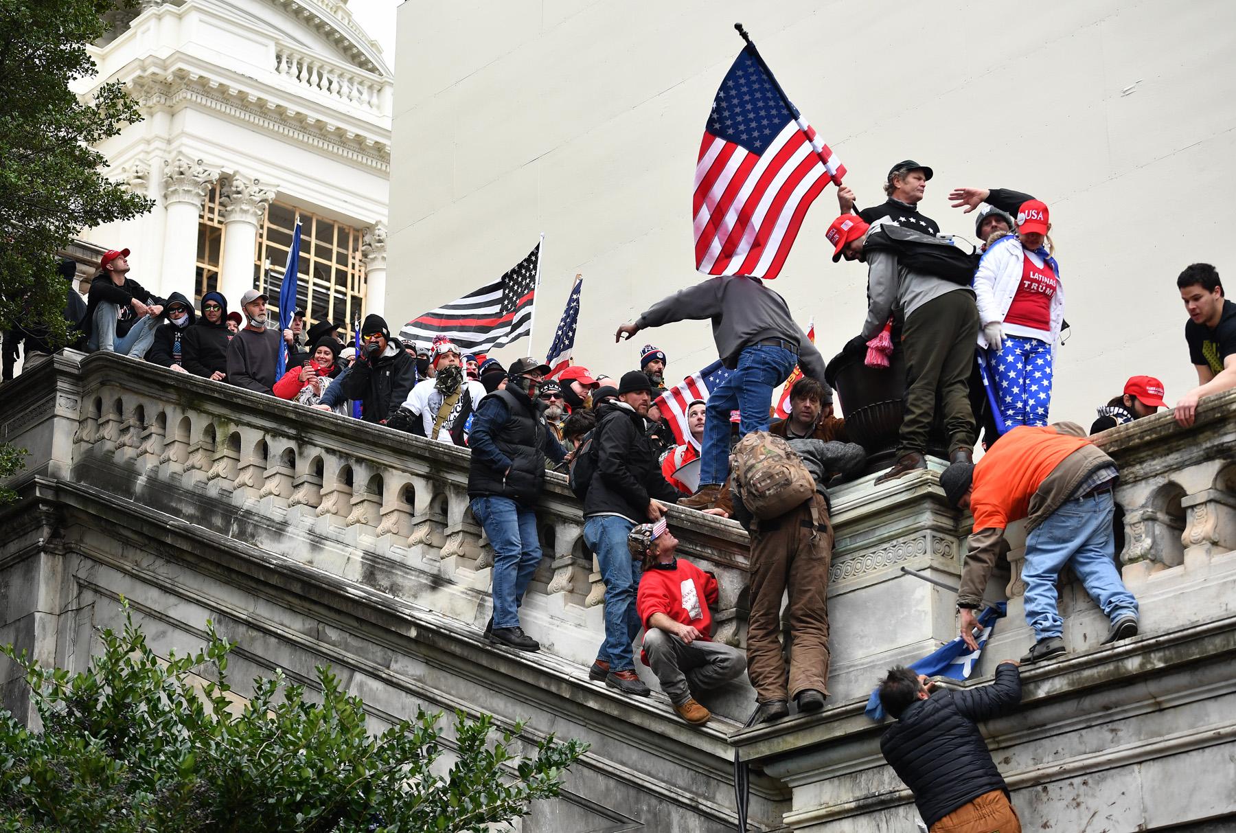 Partidaris de Trump en l'assalt del Capitoli per intentar impedir la certificació de la victòria de Joe Biden / Essdras M. Suarez/ZUMA Wire/dpa