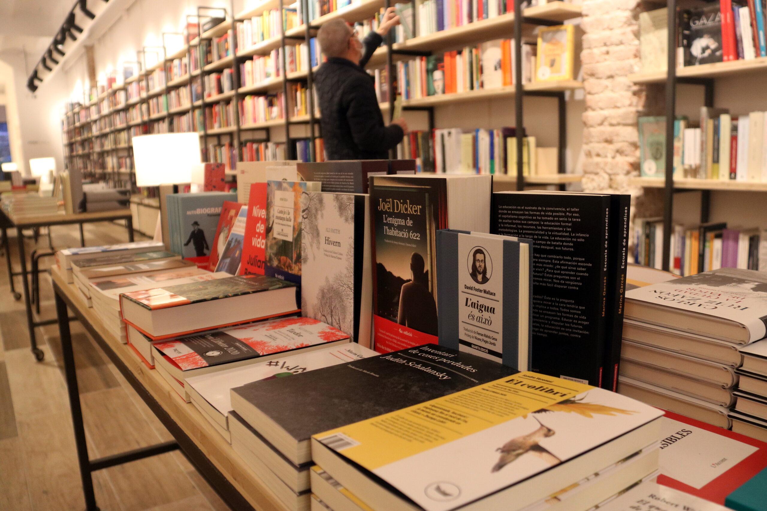 Una de les taules centrals de la Llibreria Byron de Barcelona | ACN