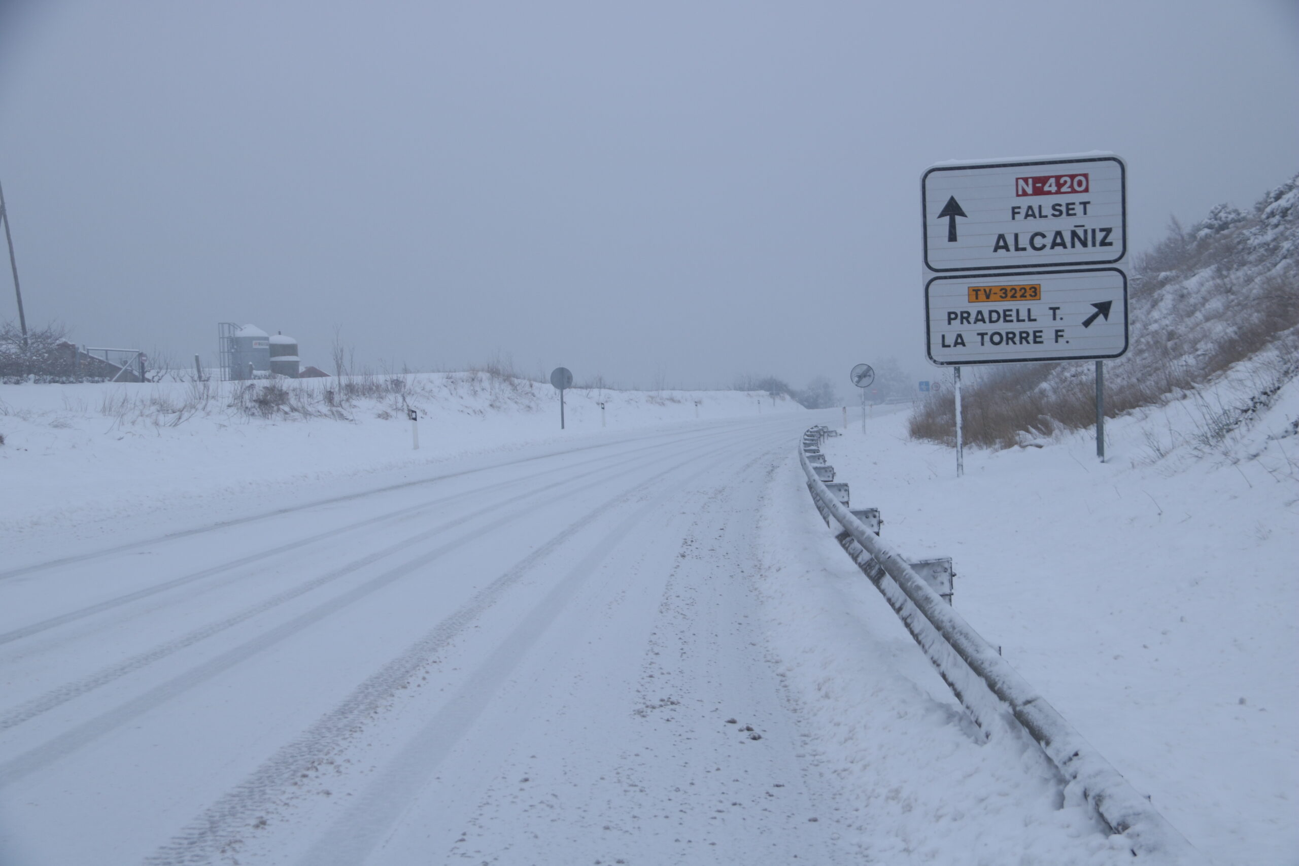 La carretera d'accés a Falset completament nevada | ACN