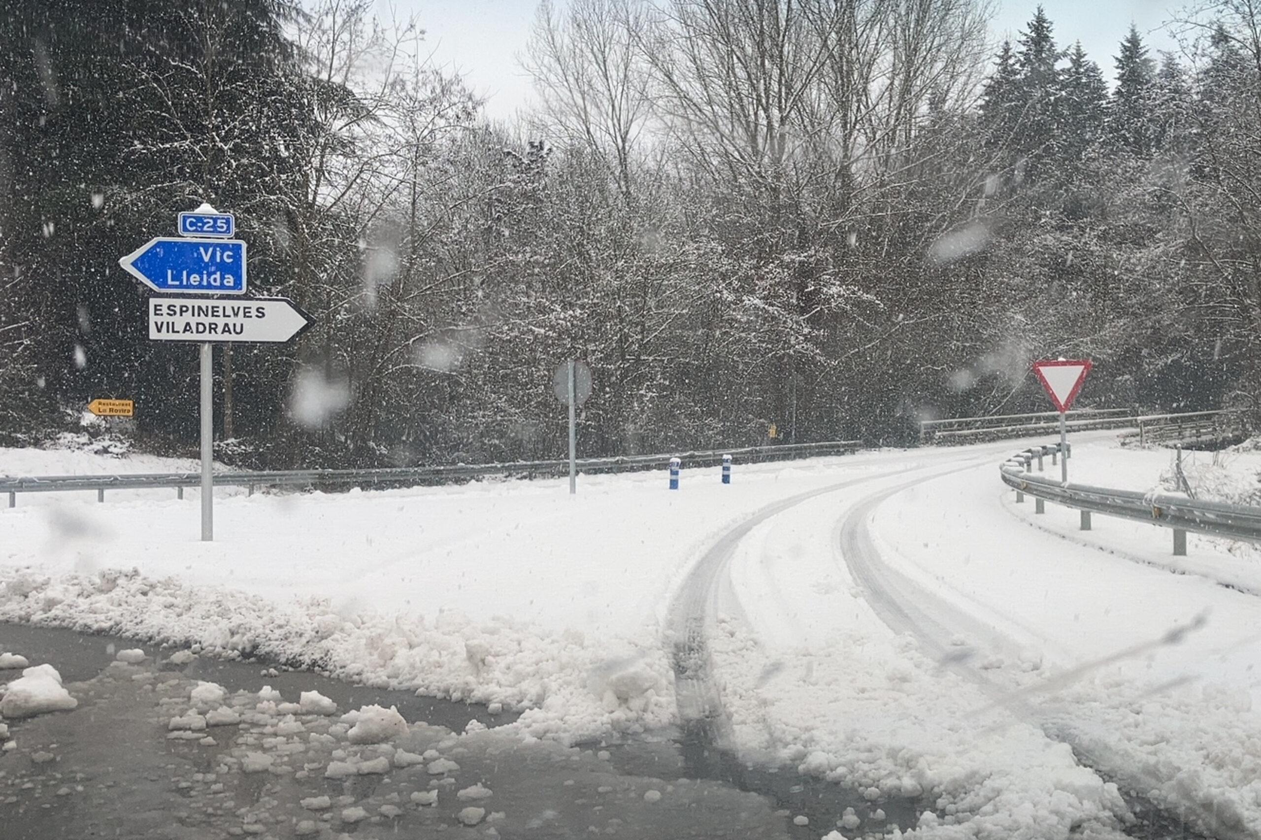 Un cartell direcció Espinelves (Osona) al costat de l'eix Transversal amb un gruix de neu important | ACN