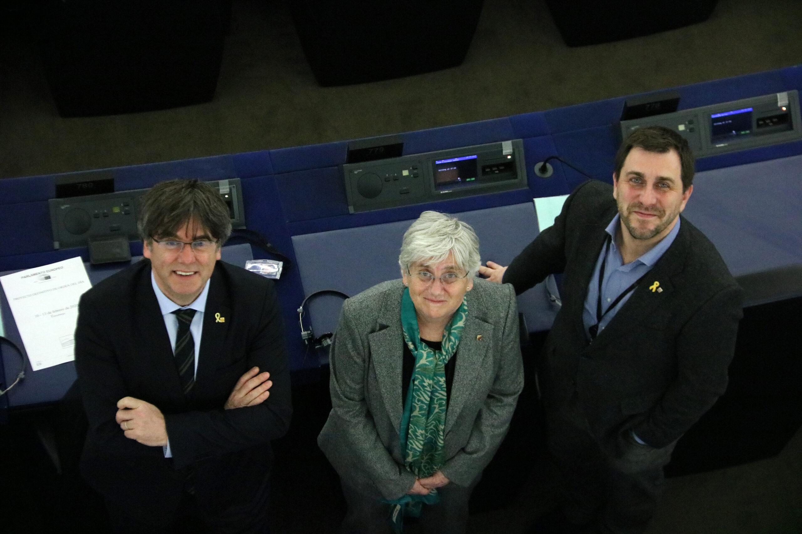 Els eurodiputats Toni Comín, Clara Ponsatí i Carles Puigdemont al seu escó a la seu del Parlament Europeu a Estrasburg | ACN