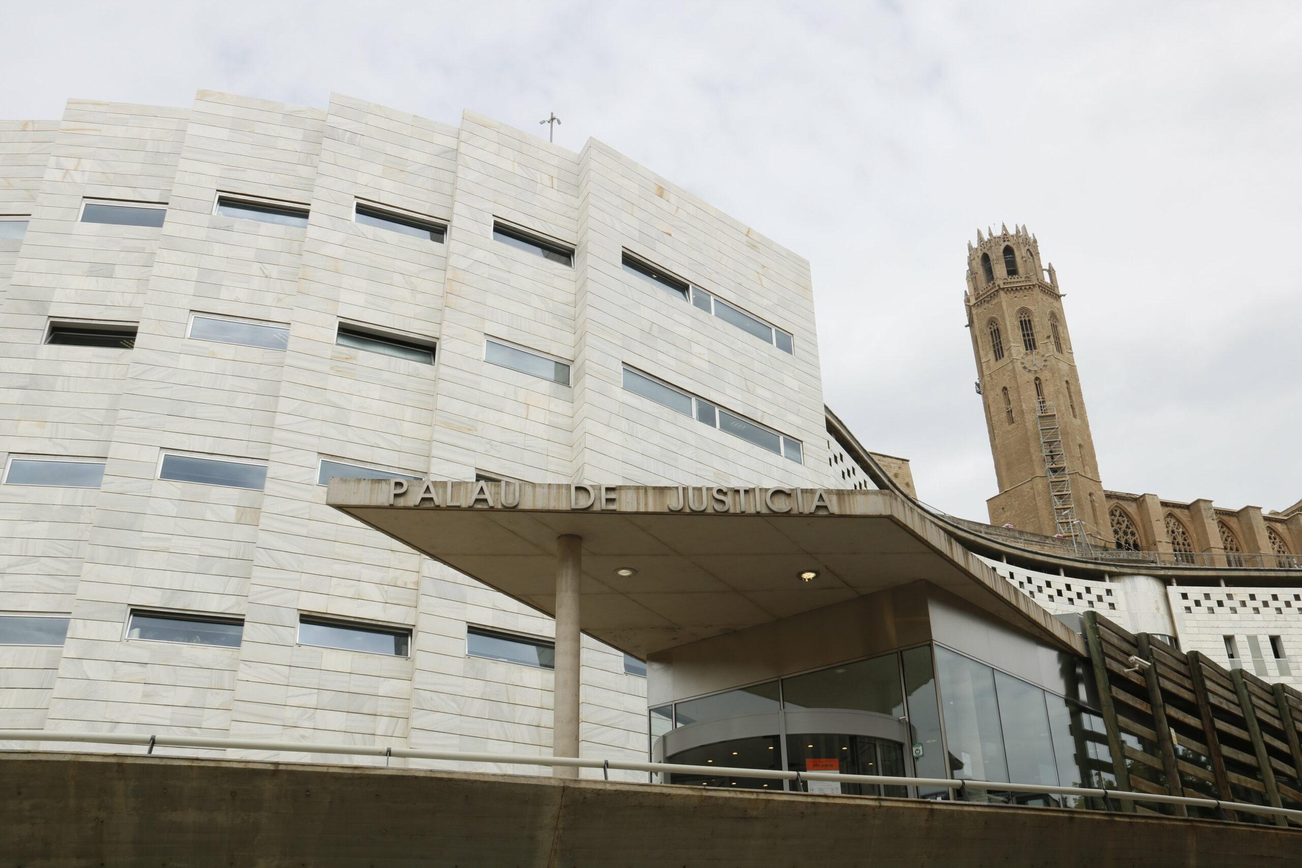 Els jutjats de Lleida, des de l'entrada a l'Audiència, amb la Seu Vella darrere | ACN