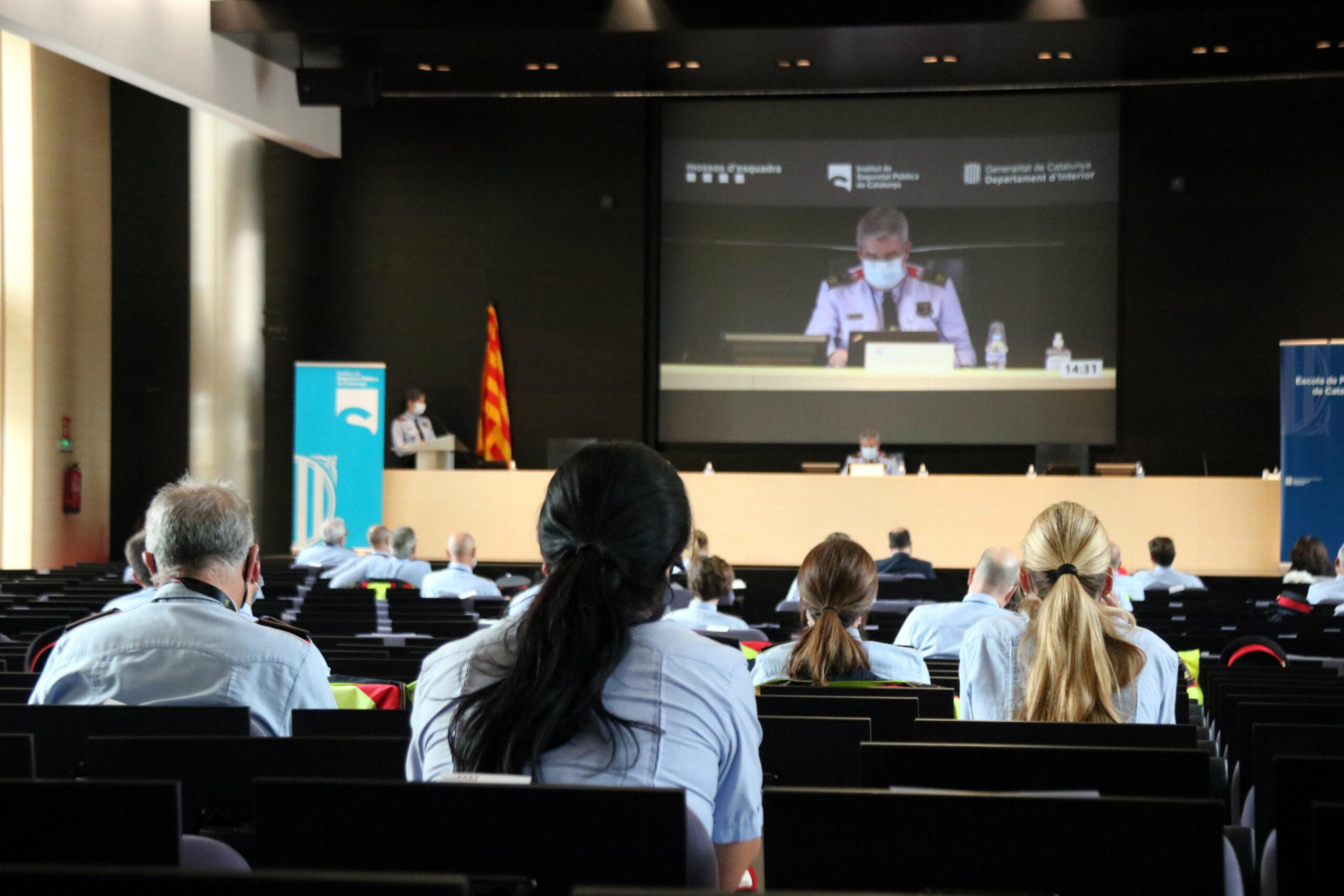Comissaris dels Mossos participants les primeres jornades sobre la perspectiva de gènere i la igualtat d'oportunitats al cos | ACN