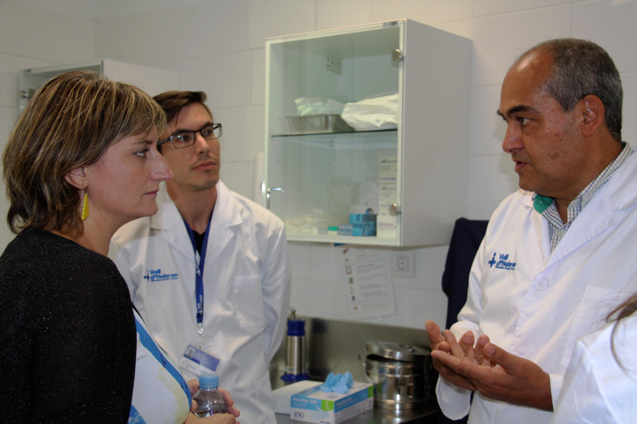 La consellera de Salut, Alba Vergés, amb el cap del Servei de Malalties Infeccioses de Vall d'Hebron, el doctor Benito Almirante | ACN